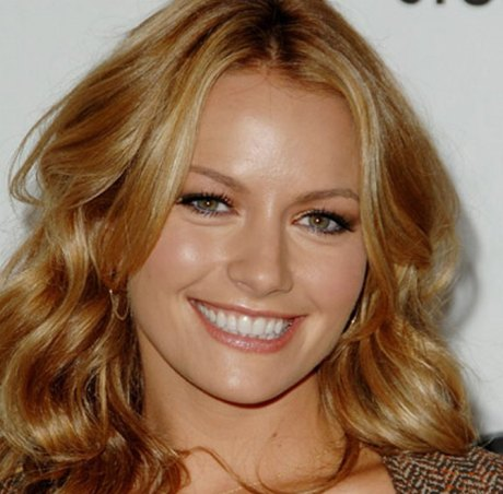Becki Newton, An Actress With No Competitor Because She Is 100% Fashion and Theaters/DVDs Made.