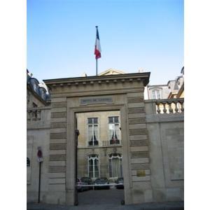 L'Hôtel de Castries, une première demeure ministérielle, en exemple de recherche de locaux après nomination auprès du Premier ministre.