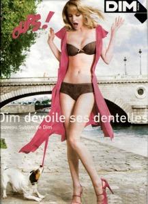 """Selon le site : """"Un Jack Russel pour la pub Dim. Publié le décembre 12th, 2009. Pour la pub Dim , le Jack devait tirer la ceinture de la fille sans faire de pause …. Heureusement , la chienne Baya avait du mordant !"""""""