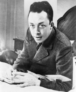 Albert Camus, gagnant de prix Nobel, portrait de buste, posé au bureau, faisant face à gauche, avec une cigarette. Albert Camus, Nobel prize winner, half-length portrait, seated at desk, facing left, smoking cigarette. 1957. New York World-Telegram and the Sun Newspaper Photograph Collection.
