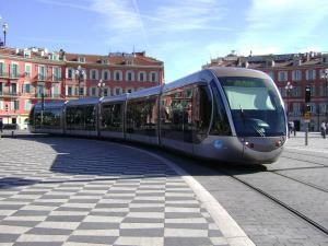 Le Tramway qui vaudra à Estrosi un accideent politique à Nice. Sa volonté de virer la Caisse de dépôts lui vaudra sa Mairie de Courtisans.