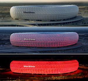L'Allianz Arena est un stade de football situé au nord de Munich, en Allemagne. Les deux clubs professionnels de Munich (FC Bayern et TSV 1860) jouent leurs matches à domicile dans ce stade depuis fin 2005. Le stade est surnommé le « Schlauchboot » (canot pneumatique) en raison de son aspect. Photo par Richard Bartz, Munich aka Makro Freak.