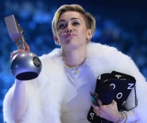 miley-cyrus-mtv-emas-2013-joint-marijuana