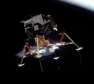 667px-Apollo_11_Lunar_Module_Eagle_in_landing_configuration_in_lunar_orbit_from_the_Command_and_Service_Module_Columbia